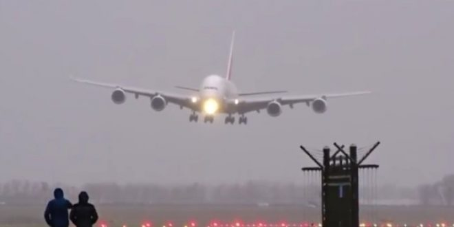 Video : Un Airbus 380 logró aterrizar con éxito en el aeropuerto internacional de Ámsterdam durante una fuerte tormenta