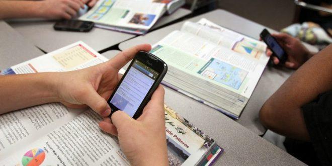 Docentes y alumnos podrán utilizar celulares en las escuelas en la provincia de Buenos Aires