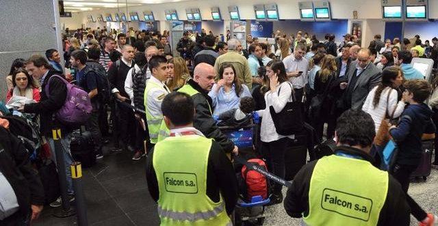 Aerolíneas Argentinas y Austral cancelan todos sus vuelos hasta el mediodía de este lunes