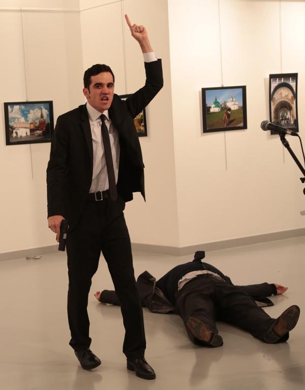 El terrorista era un miembro de la policía turca, asignado a la custodia del embajador ruso, a quien disparó por la espalda