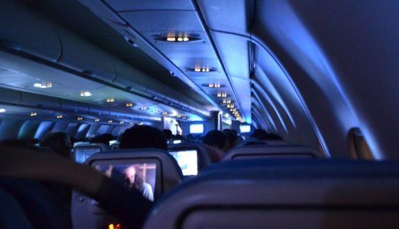 Por que la que se apagan las luces de la cabina del avión al despegar y aterrizar