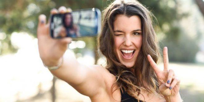 """Los peligros de poner los dedos en """"V"""" para una selfie y publicarla"""