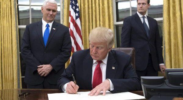 Trump firmó el primer decreto que comienza a eliminar el Obamacare
