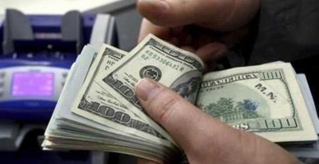 Eliminan el tope para comprar dólares con efectivo por ventanilla