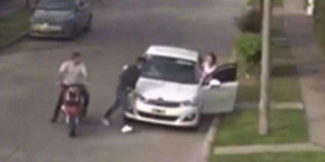 Video: Le robaron el auto y casi se llevan a su hija
