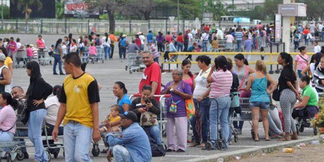 Video: Venezolano muestra desde su ventana las filas para poder obtener 2 bolsitas de mercaderia