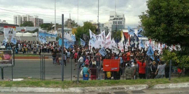 La policía impide el paso de manifestantes en el en Puente Pueyrredón