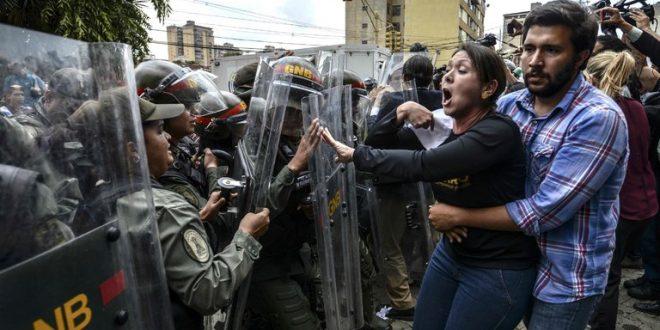 Caos en Venezuela : periodista fue agredida por soldados guardia venezolana