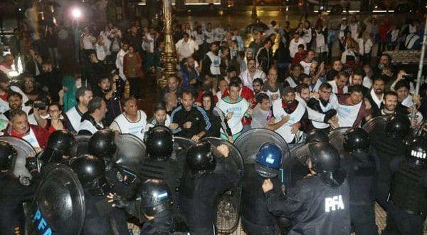 La policía desalojó a sindicalistas docentes que intentaban montar carpa frente al Congreso