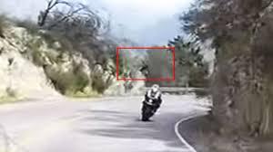 Video : Motociclista cae a un precipicio