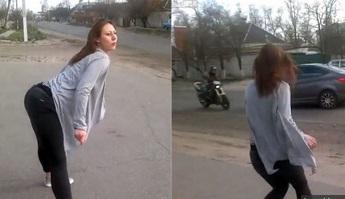 Video: Provocó un terrible accidente por bailar al costado de la carretera