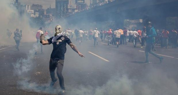 Un muerto y decenas de heridos en marcha contra Maduro