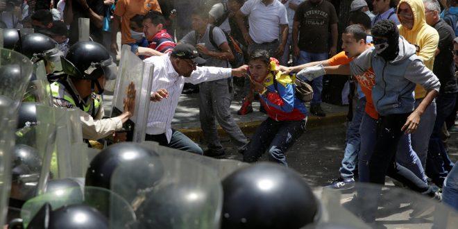 Más de 40 heridos en Venezuela por protestar la ruptura del hilo Constitucional