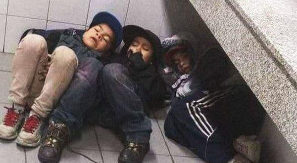 La foto de tres hermanos durmiendo en la estación de Retiro