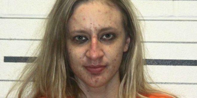 Una maestra de primaria dejó abierto su Facebook y terminó presa por posesión y venta de drogas