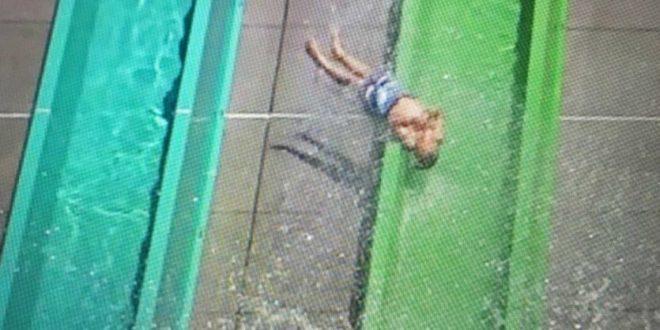 Video: Un niño sale volando de un tobogán en un parque acuático