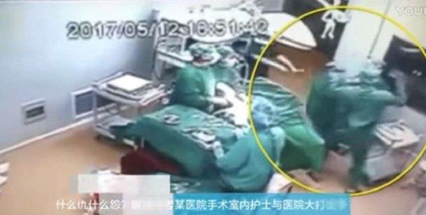 Video: Un médico y una enfermera a las piñas en plena cirugía