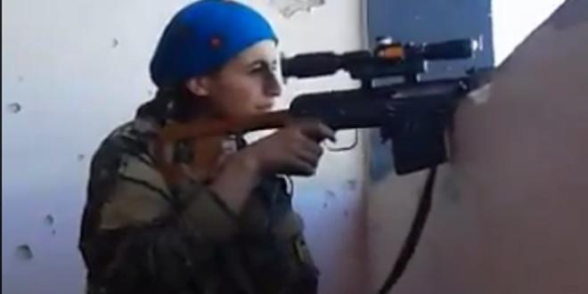 Video: Así reacciona una soldado kurda tras salvarse de una bala del ISIS