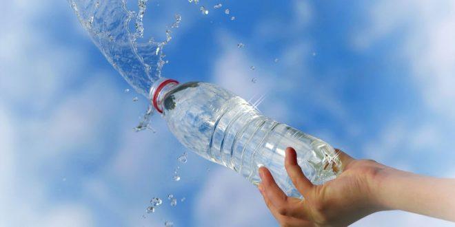 Por qué nunca debes reutilizar las botellas de plástico