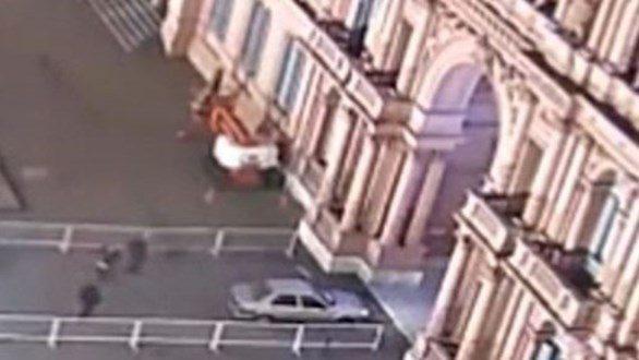 Video : Un auto ingresa por la fuerza a la Casa Rosada violentó las vallas y embistió contra el portón