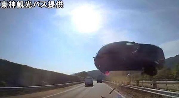 Video: Impresionante accidente , un auto vuela impacta contra un micro y su conductor muere en el momento