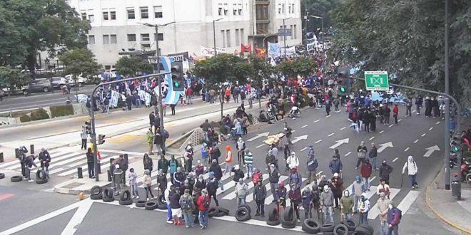 Incidentes en la avenida 9 de Julio: Piedrazos y balas de goma contra los manifestantes y activistas de diferentes organizaciones sociales