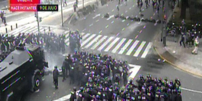 Video : Así despejó la Policía de la Ciudad la protesta de encapuchados en la Av. 9 de Julio