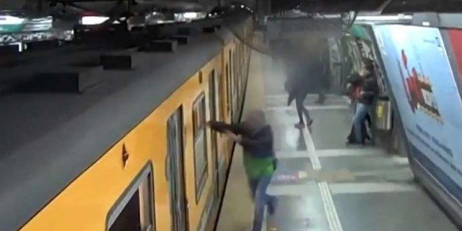 """Video: Así roban los """"trepaventanas"""" en el subte"""