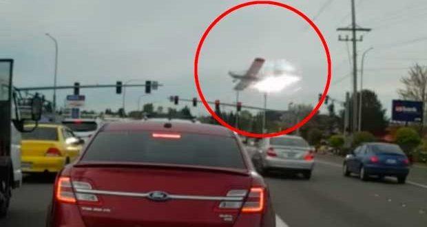 Video : Avioneta se estrella en una autopista en EEUU