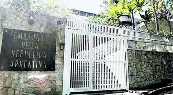 Argentina refuerza la embajada en Venezuela y planifica evacuar a los familiares de los diplomáticos