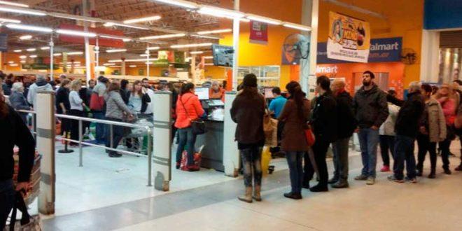 Quieren prohibir que se formen largas filas en los supermercados