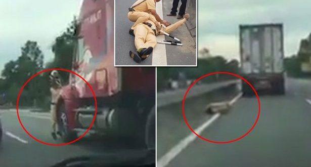Video: Un policía agarrado a un camión es empotrado contra el muro de la autopista