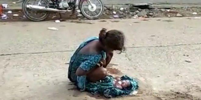 Video indignante : Da a luz en plena calle y nadie la ayuda
