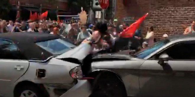 Video: El momento en que un vehículo embiste a la multitud en Charlottesville