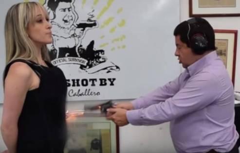 Video: Empresario le dispara a su esposa para probar la calidad de sus productos