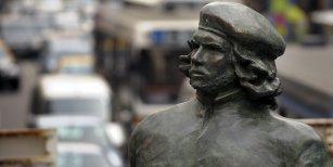 Juntan firmas para demoler una estatua del Che Guevara en Rosario por asesino