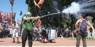 Detuvieron al policía y a los dos manifestantes buscados por los incidentes en el Congreso