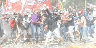 El obrero que protestaba por la reforma previsional y terminó ayudando a un policía