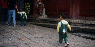 Por qué genera debate en China que muchos niños usen pantalones con un agujero en el trasero