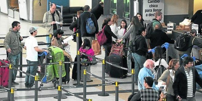 En enero fue record fuga de dólares por turismo desde la convertibilidad