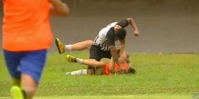 Jugador golpea descontrolado a un alcanzapelotas que festejó un gol del rival