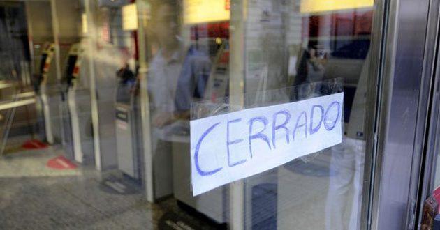 Los bancos no atienden hasta el miércoles y faltará dinero en cajeros automáticos