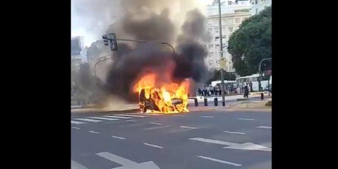 Una camioneta se prendió fuego en plena Avenida 9 de Julio