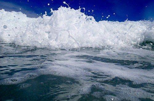 El agua de mar hace tan mal a la piel como el sol ?