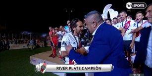 Chiqui Tapia entregó la copa a River y los hinchas le recordaron que es hincha de Boca con chiflidos