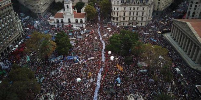 Miles de personas participan en Plaza de Mayo de los actos por el Día de la Memoria