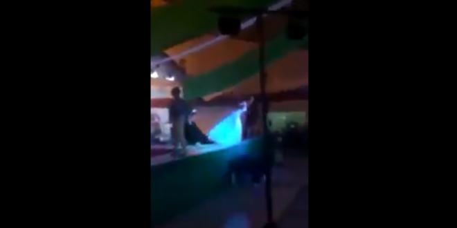 Video: Tras perder un concurso de belleza gay, arroja a la ganadora del escenario
