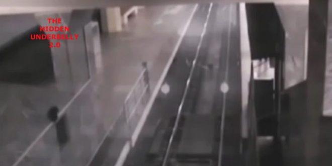 Video: Un tren fantasma para en una estación y recoge pasajeros