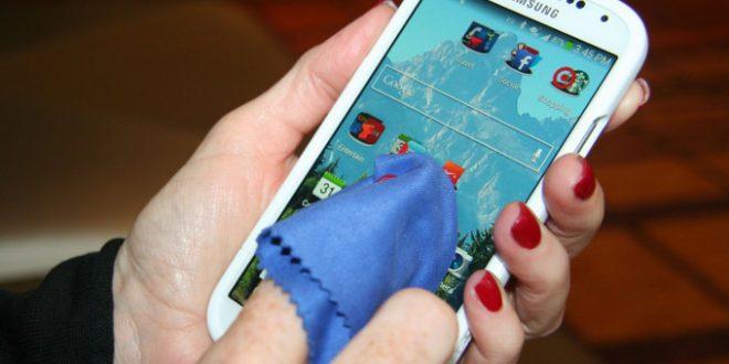 Cómo limpiar la pantalla de tu celular correctamente