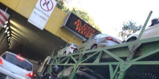 Camión con autos 0Km calculó mal y se incrustó en un túnel
